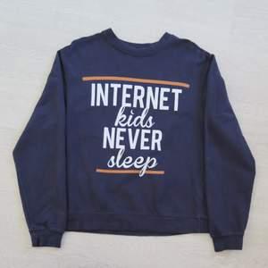 Quirky Internet kids sweatshirt strl S. 66 kr spårbar frakt.  Skicka meddelande vid frågor/fler bilder! Notera att små defekter kan finnas då den inte är ny. Större brister nämns tydligt i annonsen/visas på bild. OBS! Bud är bindande!!!!!!!