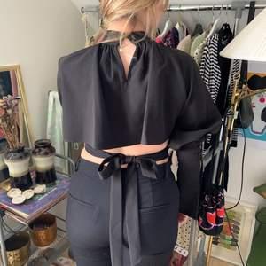 Fiiiinaste blusen från NAKD, köpt i somras men aldrig använd, endast testad. Storlek 38 men man knyter den så passar nog både större och mindre!