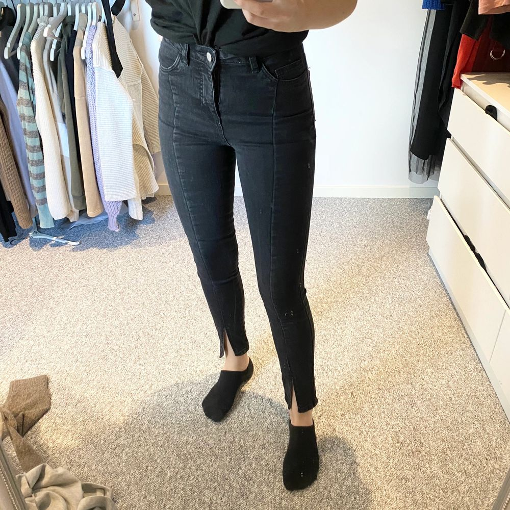 Supersnygga svarta tighta jeans med slits i fint skick! ✨. Jeans & Byxor.