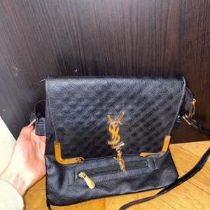 En helt oanvänd Yves saint laurent väska, säljs för 499 men pris går att diskuteras vid snabb affär🌸