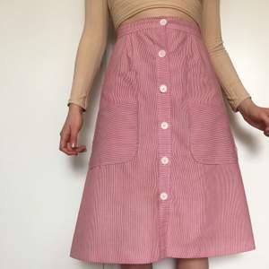 60/70tals kjol röd och vitrandig, ser oanvänd ut, midjan är 26