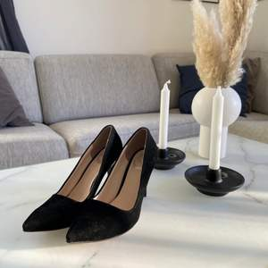 """Klackskor i äkta sammet, köpta i Iran för bröllop för 499kr använda för ett bröllop, dem är i storlek 41 men väldigt liten i storlek mer som en 40! Skorna är underbara så himla fina(!!) PS. Skorna behövs rullas av! Eftersom dem dragit till sig lite """"damm"""" på skohyllan :)                                                                     Kommer ifrån ett djur/rök fritt hem. Lycka till! :)"""