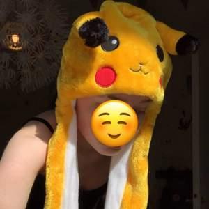 """Supersöt pikachu mössa. Aldrig använd, bara testad för bilden. Jättemysig och den har små fickor längst ner på """"öronen"""". 70kr + frakt eller buda i kommentarerna om det är många intresserade."""