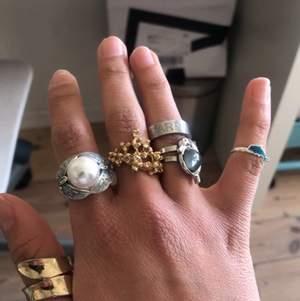 Säljer dessa ringar !  5-35 kr så hör av dig vilken du vill köpa så ger jag dig priset :) ❤️ hör också av dig med vilken storlek det är på ringarna, både delfinerna är justerbara. Fraktkostnaden tillkommer!