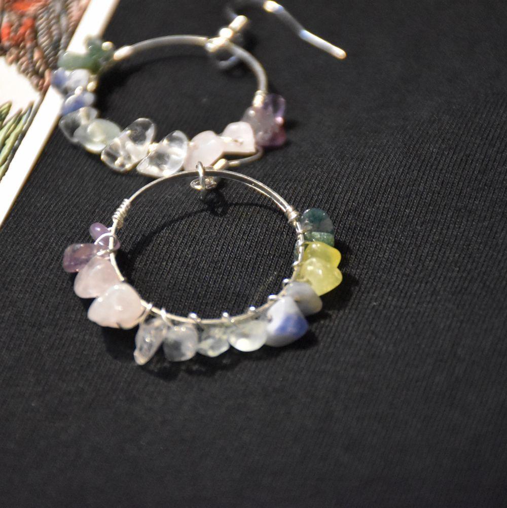 Örhängen med kristaller i ett regnbågsmönster. Krokarna är nickelfria. . Accessoarer.
