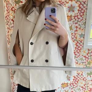 Cape jacka i trenchcoat material inköpt på Zara för några år sedan. Sparsamt använd och kemtvättad.