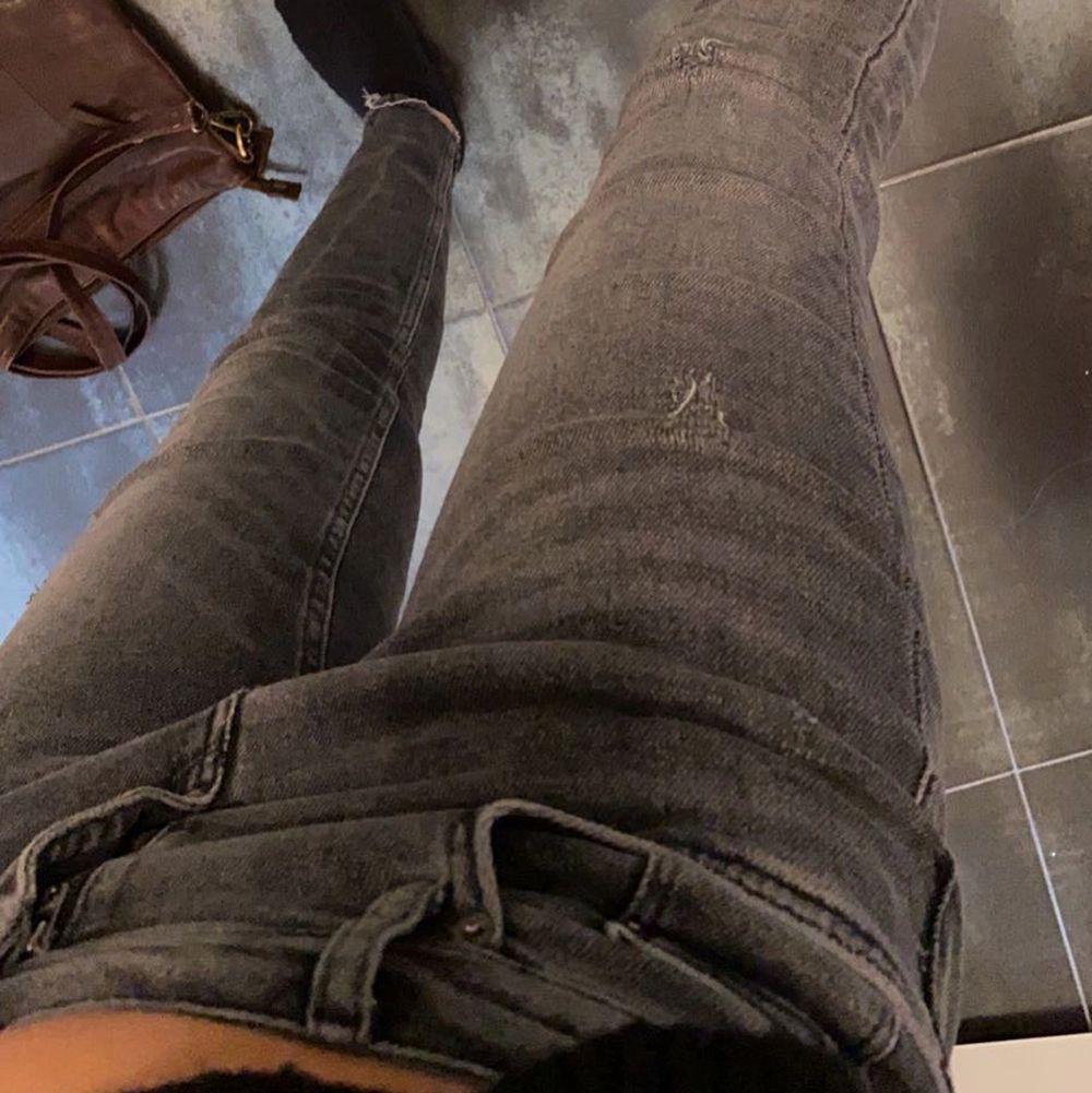 Grå Låg/medelhöga jeans från zara. De passar både 36 och kanske 38 eftersom de är stretchiga. Nypris 399. Jeans & Byxor.