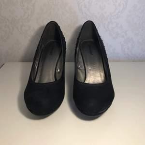 Svarta klackar i storlek 38. Klackarna har små svarta pärlor på sidorna🌸 Dem är använda men i fint skick🌸