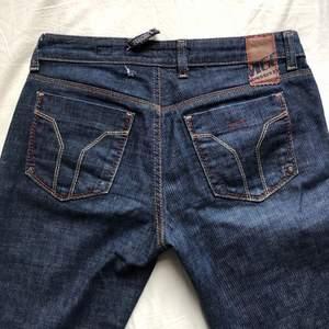 Sjuukt najsiga jeans från missixty. Mammas gamla från 2000-talet. Så riktiga y2k jeans😏 Fint skick förutom att ena remmen har gått sönder som man ser på första bilden. Jag sprättade upp de efter jag tog bilden, så de är i bra längd för mig som är 180!🍇🍀✨🌟💕