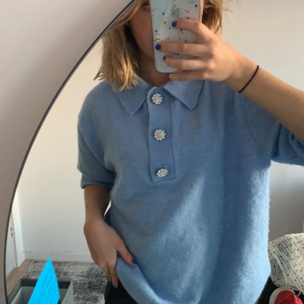 ❣️Repost❣️ på denna snygga himmelsblåa tröja med svincoola knappar. Oanvänd och slutsåld, köparen står för frakten. Tröjor & Koftor.