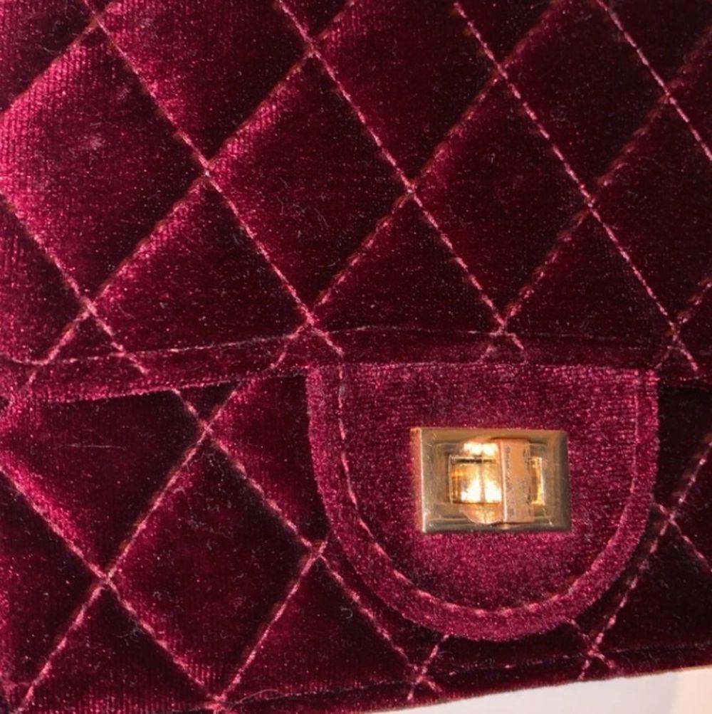 Jättefin vinröd väska. Använd några gånger inga synliga tecken på användning förutom på spännet där färgen är lite utsliten.. Väskor.