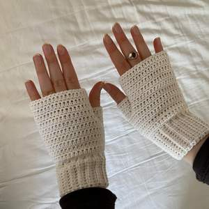 Säljer dessa vita handledsvärmare som jag har virkat! Perfekta nu när det börjar bli lite varmare. Hör av dig om du har frågor!