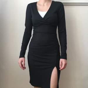 As snygg ribbad svart klänning, helt oanvänt!🌸