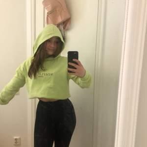 En snygg cool neon grön hoodie i bra kvalitet. Den är ganska oversized o och passar nog folk upp till M. Den är från ginatricot o köpte den för några år sen knappt använt då jag inte gillar att sticka ut där av säljer jag den. Skit cool till t.ex. en väst. Väldigt bekväm med en lite lurvig insida.