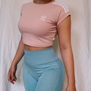 Rosa Adidas crop topp, strl S men toppen är tajt nog för någon som har XS också! God skick och funkar som vanlig topp men också snygg som tränings topp;) kort vid magen och armar. Ordinarie pris 294kr