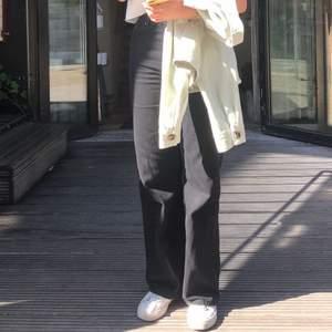 Säljer mina älskade Yoko jeans från Monki då jag vuxit ur de. Älskar dessa byxor, passar perfekt till allt och är supersköna! Sparsamt använda. Köparen står för frakt och betalning via swish🤎⚡️