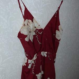 Blommig byxdress från shien, säljer den pga att den aldrig kom till användning. Storlek S
