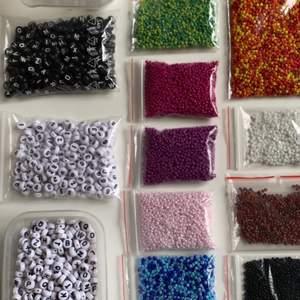 Här är färgerna jag har för att göra armband jag säljer🖤  Färgerna är:  Ljusgrön, Mörkgrön, Ljusblå, Mörkblå, Glitter ljusrosa , Rosa, Lila, Orange, Röd, Gul, Vit, Ljusbrun, Mörkbrun, Svart, Stora vita🖤Har även: Svarta bokstäver, Vita bokstäver, Siffror.🖤Är det någon färg ni önskar som jag inte har eller någon annan storlek på pärlorna kan jag beställa det ni önskar med en extra kostnad på 15kr. (Mer info om armbanden på tidigare inlägg)