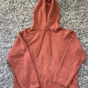 Orange hoodie storlek XS. Lätt och mysig att ha på sig. Tyvärr lite nopprig men går bort lätt!