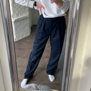 Supersnygga marinblå kostymbyxor köpta second hand!❤️🔥Står ingen direkt storlek i dom men innerbenslängen är 81 cm och midjemåttet är 80!💫  Jag på bilden är 175 som referens och de sitter rätt baggy på mig, om de är för stora i midjan går det enkelt att sy in. Hör av dig vid frågor, frakten ingår inte i priset🥰 Budgivning vid fler intresserade🌟