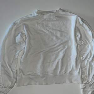 Säljer Vit basic långärmad tröja från lager 157 i storlek xs men funkar även för s säljer den för 45 kr