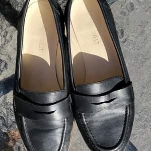 Nine west loafers I mjukaste läder. Vit/träfärgaf sula. Så bekväma. Storlek 37. Köpt på rea för 1000kr.
