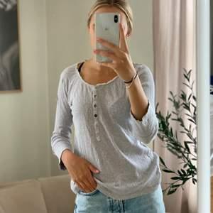 Grå Odd Molly tröja, storlek står inte men sitter bra på mig som kan ha xs,s och m.