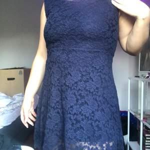Mörkblå klänning, fintskick