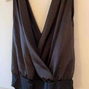 Svart satinbody från Zara, aldrig använd. Storlek S men ganska stor i storleken så passar M också. Fint material och perfekt för fest💖