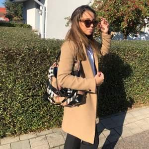 Säljer min beigea kappa från Zara i storlek S. Väl använd men fortfarande i mycket bra skick! 💘