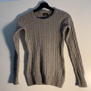 En skitsnygg kabelstickad tröja gjord av 90%ull och 10% cashmere 😍 tyvärr har den blivit för liten för mig då detta är en strl XS och jag nu oftast bär S. Aldrig feltvättad och är därför i perfekt skick. Inga hål eller fläckar!