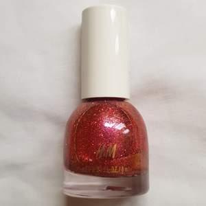 Nagellack från H&M med rött och oranget glitter. Blir väldigt tätt och täckande glitter. Använt en gång