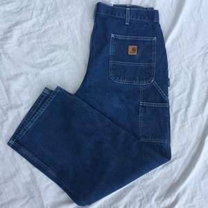 säljer dessa balla jeans från Carhartt då de inte kommer till användning. De är i mycket bra skick, hör av dig för fler bilder! köpare står för frakt.