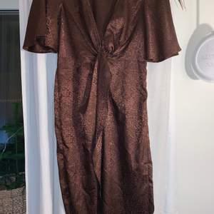 Oanvänd leopard klänning från Nelly! Dragkedja på sidan och djup urringning. Har en slits framtill! Kan skicka bild på hur klänningen sitter på vid intresse!! Storlek S