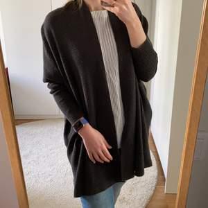 Mörk grå cardigan från Zara, varm och cozy