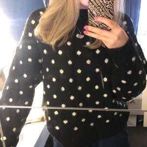 En snygg stickad (ullig) tröja ifrån hm i Strl S. Svart tröja med vita prickar! Väldigt mjuk och skön men säljer den då jag inte använt den så mycket! Köparen står för frakt! Köpt för 299 kr