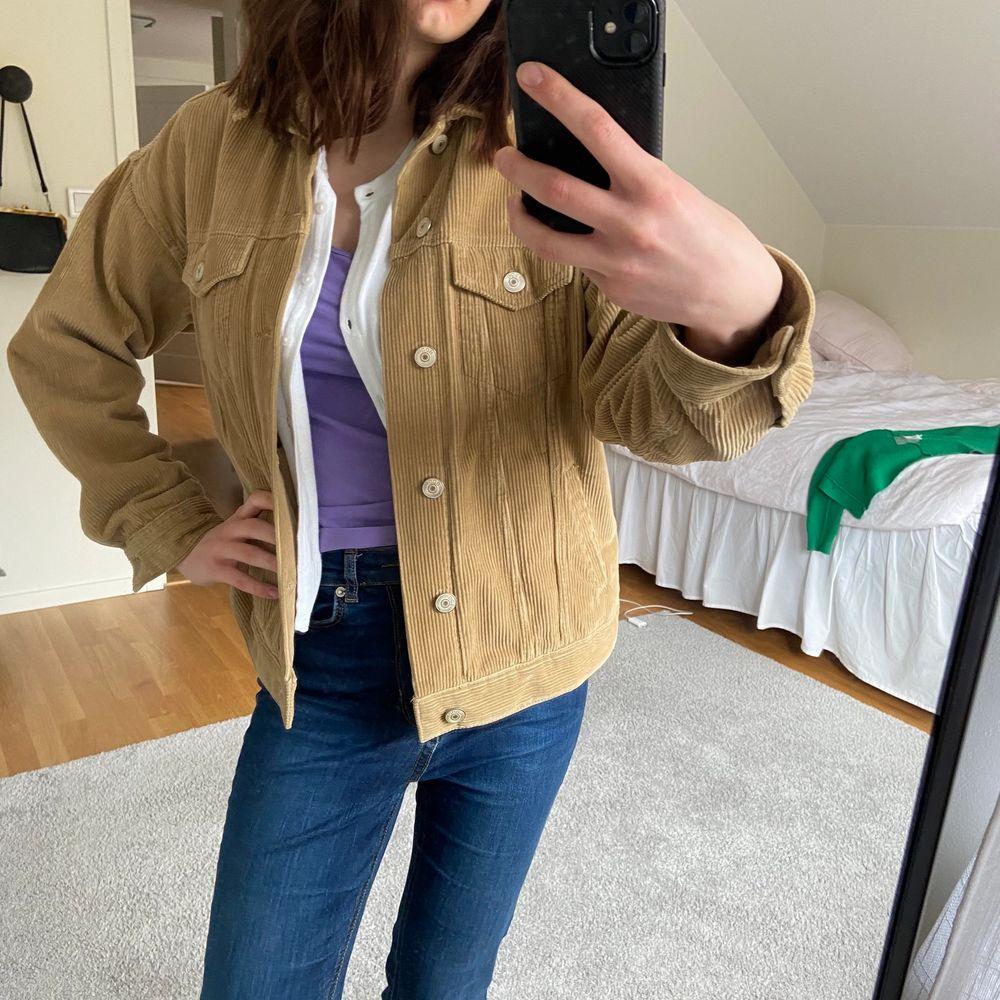 Säljer denna bruna manchester jackan från urban outfitters! Så himla fin färg och är oversize i storleken! 🏻🤎 Inga slitningar eller liknande. Kan skicka mer bilder vid förfrågan! . Jackor.