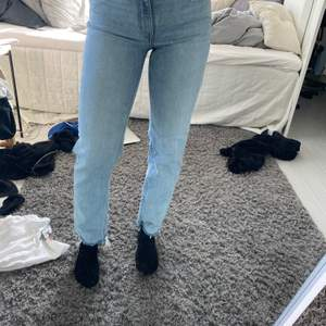 Ett par helt oanvända ljusblå straight leg jeans! Säljs då dom aldrig kom till användning