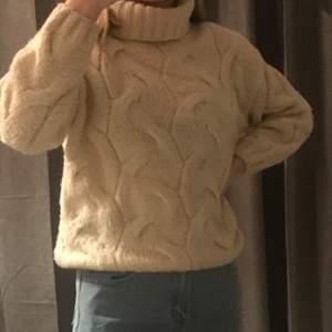 En stickad tröja med ett stickat mönster som är köpt på zara. Säljer den pga att den inte kommit så mycket till användning och har blivit lite för kort i armarna. Storlek: 11-12år/152 cm men passar oxå xxs   Om du vill buda, buda med 10kr