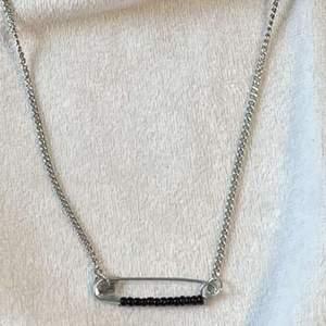 Säljer detta superfina halsband med en säkerhetsnål, super stilrent och passar till mycket❤️❤️