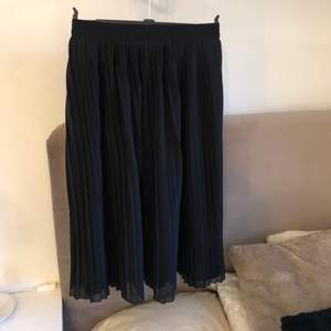 Oanvänd refflad kjol från NA-KD. Inga fläckar eller lösa trådar.Skriv för mer frågor, om leverans väljs står kund för frakt kostnader