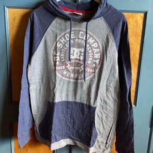 Långärmad tröja med huva.  Tunnare tyg typ t-shirt tyg. Använd 1 ggr och sedan tvättad   Köpare betalar frakt