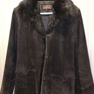 Säljer nu min fina kappa med äkta skin och äkta päls. Nästan helt oanvänd!                                                 Lite billigare vid snabb affär!