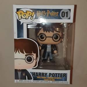 OÖPPNAD Harry Potter. Själva figuren är ca 10-15 cm stor, (lite svårt att mäta den i kartongen) skickar eller möts i Karlskoga/Örebro/Hallsberg (SAMFRAKTAR GÄRNA!)
