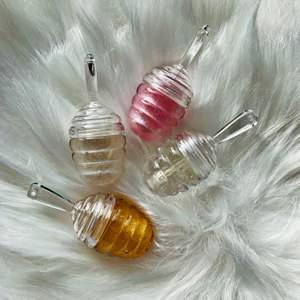 Söta 🍯 läppglans. Finns i guld, rosa, pearl och clear. Guld, rosa och pearl smakar vanilj. Clear smakar citron. Jag Säljer läppglans,läppoljor och läppskrubbar som även går att beställa på min Instagram by_butterflygloss! Innehåller vitamin E olja, grapeseedoil och kokosolja för att mjukgöra läpparna. Jag har varit väldigt noggrann med hygienen vid produktionen av dessa: uppsatt hår, tvättade tuber, handskar och spritad yta etc! Läppglanset känns väldigt mjukt på läpparna. De  kostar 35kr st. Gåva medföljer vid köp💕 Jag samfraktar gärna!