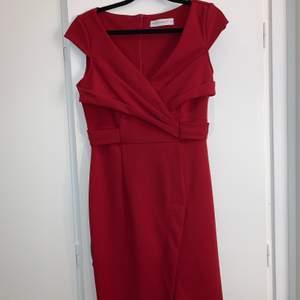 En helt ny vinröd klänning med slit och lite urringning. Storlek S men passar även XS. Har en dragkedja bak & är supersnygg! Kommer inte till användning ❤️