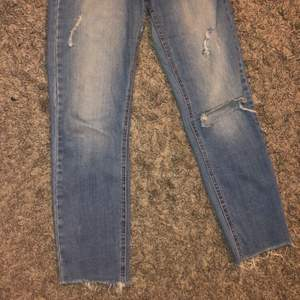 Säljer dessa lågmidjade jeans med raka ben och hål på knäet. De är i storlek 34 men passar även 32/XS. Kan mötas upp i Malmö eller Trelleborg annars står köparen för frakten!