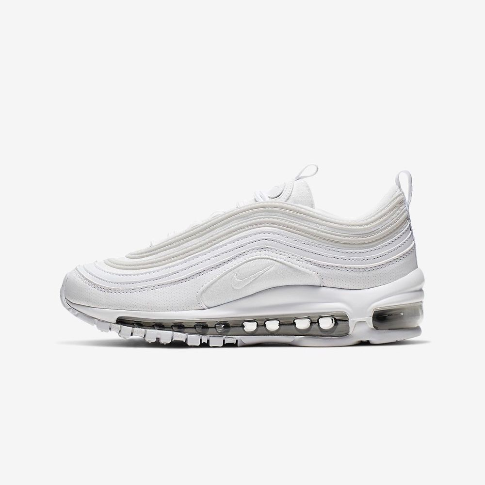 Säljer nu mina Nike air max 97, skorna är använda men fortfarande fina. Köpta för 2000kr säljer mina för 800kr, skorna kommer rengöras innan dom säljs . Skor.