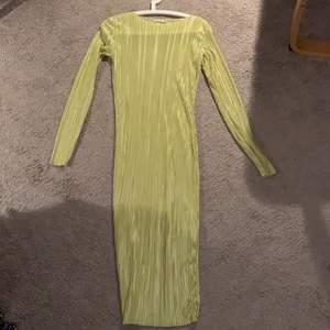 Gul, ribbad/räfflad, fin, gul sommar klänning. Kommer från Nelly.