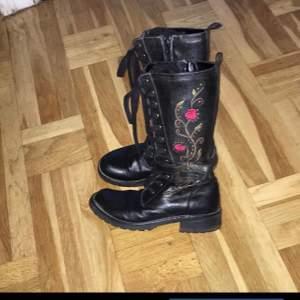 Svarta läderkängor/boots med broderade blommor, hel snörning och hel dragkedja från Bon'aparte. Storlek 35. Lite använda men i fint skick.